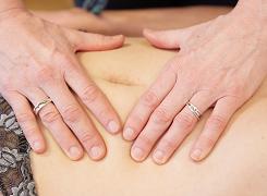 onderzoek en behandeling van de buik komt in de osteopathie veel voor bij vrouwspecifieke klachten